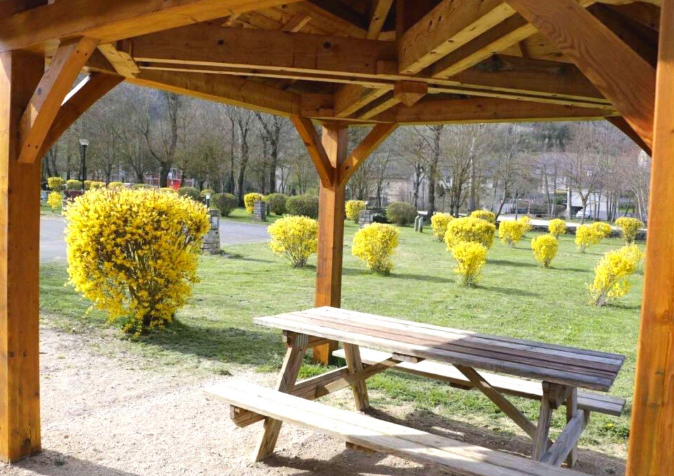 Aire de repos et de pique-nique dans le camping de Chanac